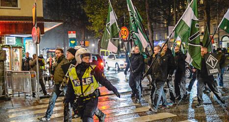 Nazisternas demonstration vaktas av poliser. Foto: Jessica Gow/TT.
