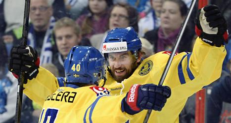 Sveriges spelare jublar över mål mot Finland. Foto: Nukari Lehtikuva/TT.