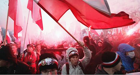 Människor demonstrerar i Polens huvudstad Warzawa. Foto: Czarek Sokolowski/TT.