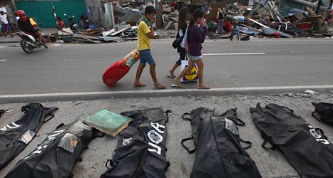 Människorna som överlevde ovädret i Filippinerna har det mycket svårt. Foto: Dita Alangkara/TT.