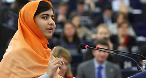 Malala Yousafsai tackar för priset hon fick av EU. Foto: Christian Lutz/TT.