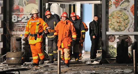 Räddningsarbetare vid varuhuset där taket rasade. Foto: Roman Koksarov/TT.
