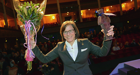 Lena Andersson tar emot Augustpriset. Foto: Fredrik sandberg/TT.