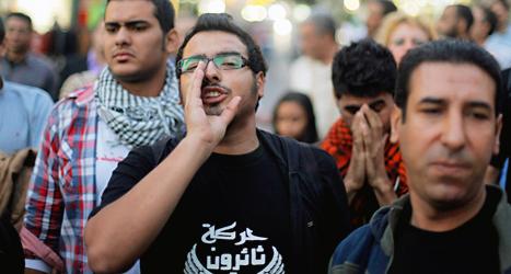Människor protesterar mot de nya lagarna i Egypten. Foto: Amr Nabil/TT.