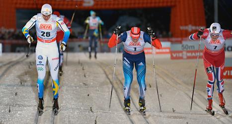 Teodor Peterson från Sverige i spurtstrid i sprintfinalen  i världscuptävlingen i Finland. Foto: Anders Wiklund/TT