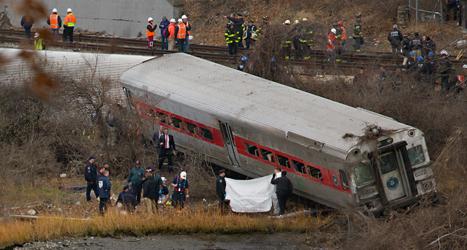 Minst fyra människor dog när tåget spåade ur och välte. Foto: Craig Ruttle/TT.