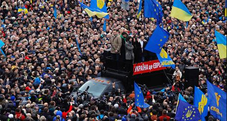 Masssor av människor protesterar i Ukrainas huvudstad Kiev. Foto: Sergej Grits/TT.