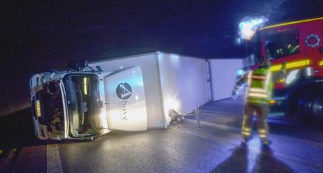 En lastbil blåste omkull i stormen på vägen E65 i Skåne. Foto.Johan Nilsson/TT.