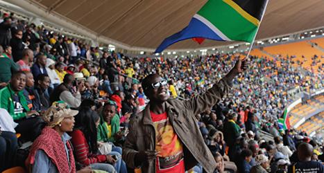 Fullt med folk som vill hedra minnet av Sydafrikas ledare Nelson Mandela. Foto: Evan Vucci/TT.