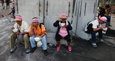 Människor tar en paus från demonstrerandet på gatorna.  Foto: Greg Baker/TT.
