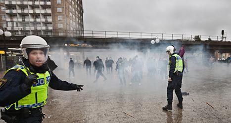 Poliserna var för få och kunde inte stoppa nazisterna som attackerade demonstranterna i Kärrtorp. Foto: Hampus Andersson/TT.