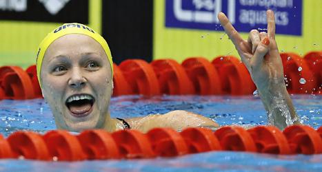 Sarah Sjöström är glad efter EM-guldet på 50 meter fjärilsim. Foto: Jens Dresling/TT.