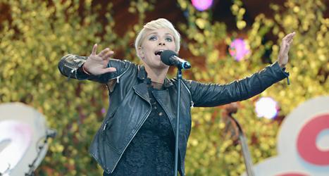 Petra Marklund på scenen i Allsång på Skansen i somras. Foto. Bertil Enevåg/TT.