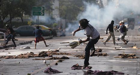 Det har varit våldsamma bråk mellan demonstranter och poliser i Bangkok. Foto: Sakchai Lalit/TT.