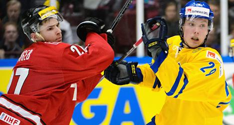 Sveriges Oskar Sundqvist i kamp med en schweizisk spelare. Foto: Ludvig Thunman/TT.