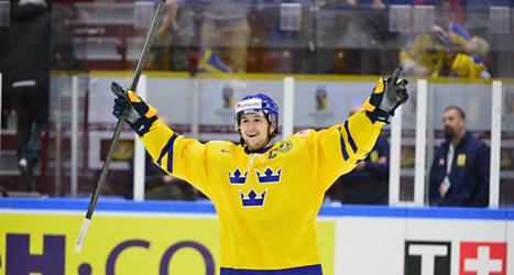 Filip Forsberg firar Sveriges seger mot Ryssland i junior-VM. Foto: Ludvig Thunman/TT.