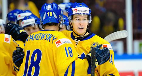 Sveriges spelare kramar om varandra efter segern mot Slovakien i junior-VM. Sverige vann med 6-0. Foto: Ludvig Thunman/TT.
