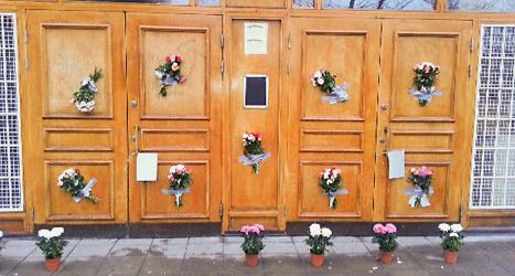 Blommor vid Stockholms moské på Södermalm. Foto: TT