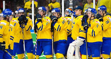 Svenska spelare deppar efter förlusten mot Finland i VM-finalen. Foto: Ludvig Thunman/TT.