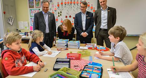 partiledarna i Alliansen besöker en skola. Foto: TT.