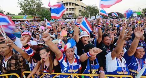 Människor protesterar i Thailands huvudstad Bangkok. Foto: Wason Wanichakorn/TT.
