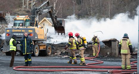 brandmän arbetar med att släcka branden i Laerdal. Foto: Marit Hommedal/NTB/TT.