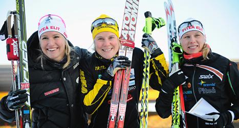 Hanna Falk, i mitten, vann guldet i sprint på skid-SM. Foto: Fredrik Sandberg/TT.