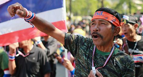Människor har demonstrerat och stängt av gator i Bangkok. Foto: Wason Wanichakorn/TT.