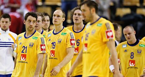 Besvikna svenska spelare efter matchen mot Polen. Foto: Jens Dresling/TT.