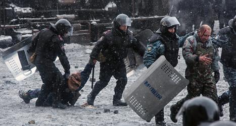 Poliser släpar bort en av demonstranterna vid bråken i Kiev. Foto: Oleksandr Ratushinak/AP/TT.