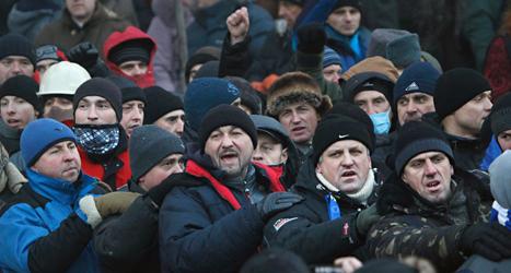 Människor protesterar i Ukrainas huvudstad Kiev. Foto: Sergei Grits/TT.