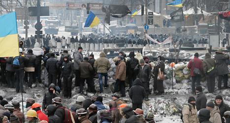 I flera månader har människor protesterat i Ukrainas huvudstad. Poliserna har inte kunnat stoppa protesterna. Foto: Efrem Lukatsky /TT
