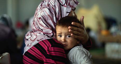 En syrisk kvinna tröstar sitt barn. De har flytt från kriget i Syrien. Fler än två miljoner människor har flytt från Syrien. Foto: Muhammed Muheisen /TT