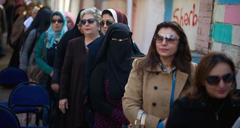 Människor står i kö för att rösta om Egyptens nya grundlag. Foto: AP/TT.
