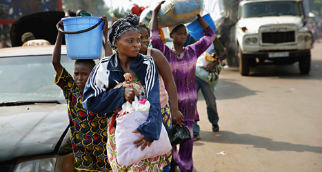 Människor flyr från striderna i Centralafrikanska Republiken. Foto: Jerome Delay /AP /TT