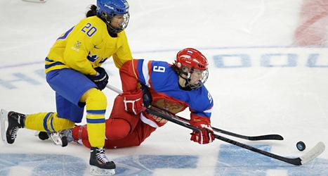 Fanny Rask och Alexandra Vafina jagar pucken i matchen mellan Sverige och Ryssland. Foto: Henrik Montgomery /TT.