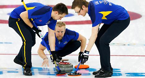 Sveriges herrlag i curling har vunnit nio matcher i OS. De är klara för semifinal. Foto: Wong Maye-E /AP /TT