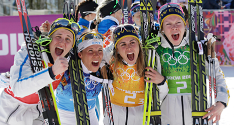 Sveriges damlag jublar efter segern i stafett. Foto: Lee Jin-man /AP /TT