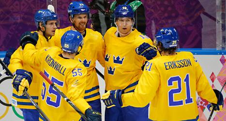 Svenskarna jublar efter ett mål mot Slovenien. Foto: Mark Humphrey /TT