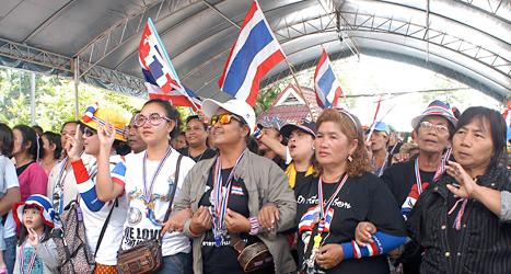 Regeringens motståndare hindrade folk från att rösta i valet i Thailand. De ställde sig i vägen och hindrade tusentals människor från att rösta. Foto: Wally Santana/TT.