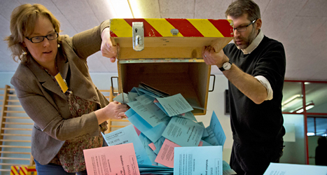 Valarbetare tar hand om rösterna i helgens folkomröstning i Schweiz. Foto: Anja Niedringhaus/TT.