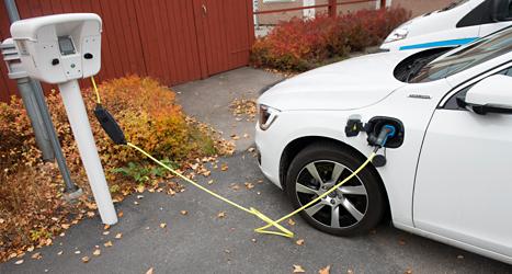 En elbil laddas vid särskilda stolpar. Foto: Fredrik Sandberg /TT