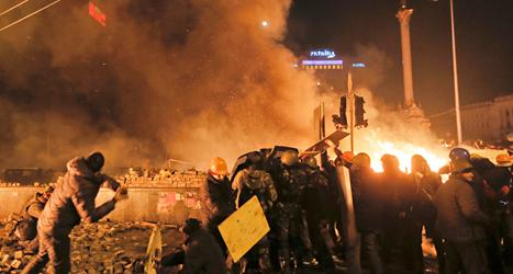 Bränder lyste upp natten i Kiev när poliser och demonstranter slogs. Foto: Efrem Lukatsky /TT