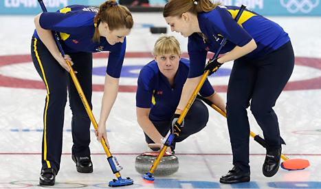 Maria Prytz slår en av Sveriges stenar i finalen. Foto: Wong Maye /TT