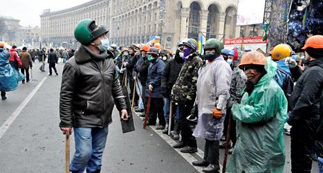 Demonstranterna i staden Kiev har järnrör och baseballträn. De är beredda att slåss mot poliser. Foto: Gustav Sjöholm /TT.