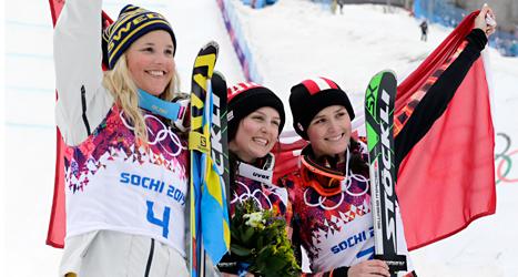 Anna Holmlund tillsammans med Kelsey Serwa från Kanada som tog silver, och guldmedaljören Mariella Thompson från Kanada. Foto: Andy Wong /TT