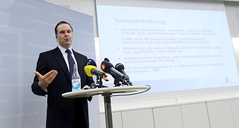 Finansminister Anders Borg berättar om regeringens planer på att sänka bidragen till studenterna. Foto: Bertil Enevåg Ericson /TT