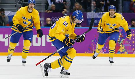 Erik Karlsson jublar. Han har just gjort målet som gav Sverige segern mot Finland. Foto: Petr David Josek /TT