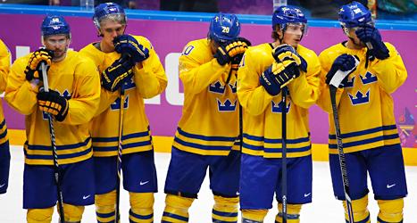 Spelarna är besvikna. Sverige förlorade matchen mot Kanada och fick silver i OS. Foto: Petr David Josek /AP /TT.