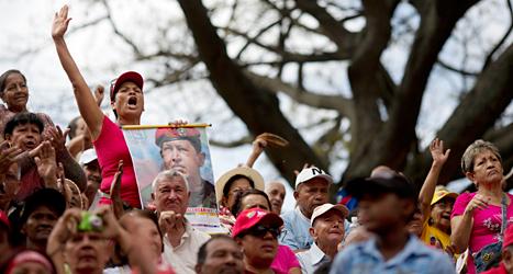 Människor har samlats i Venezuelas huvudstad Caracas för att visa att de håller med regeringen. Foto: Rodrigo Abd /AP /TT.